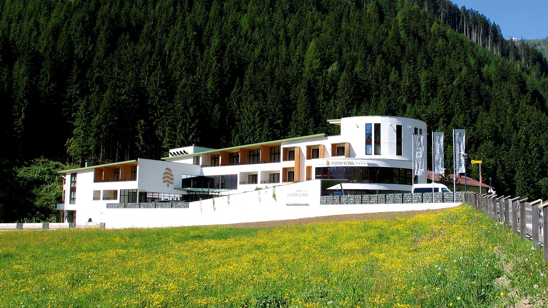 Headerbild-Hotel-Aussen-Zedern-Klang