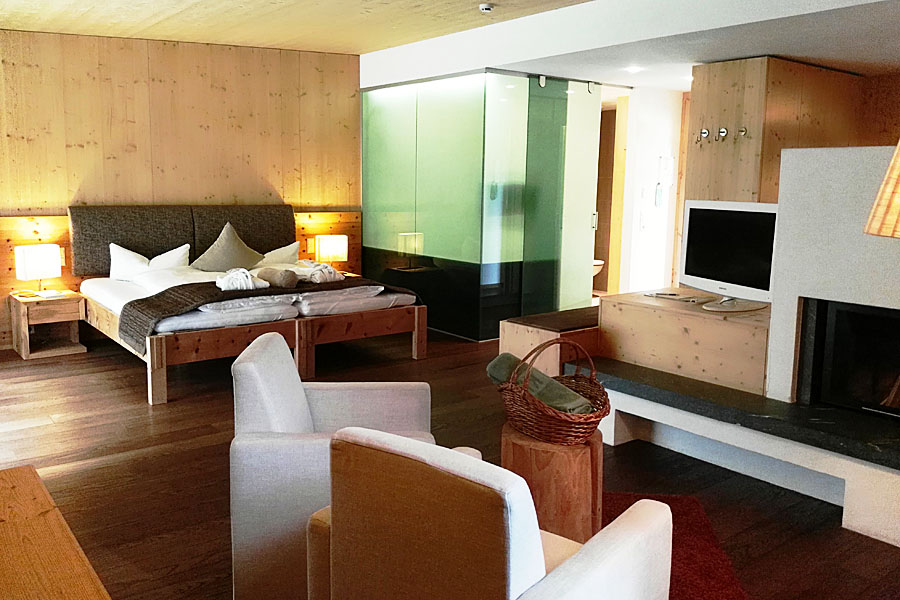 Zimmer-KaminSuite-Zedern Klang-900x600